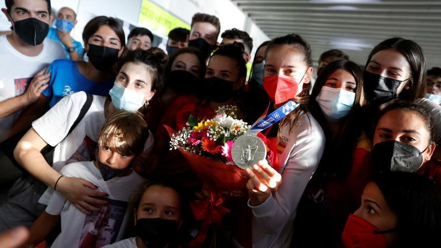Adriana Cerezo y David Valero ya lucen sus medallas en España