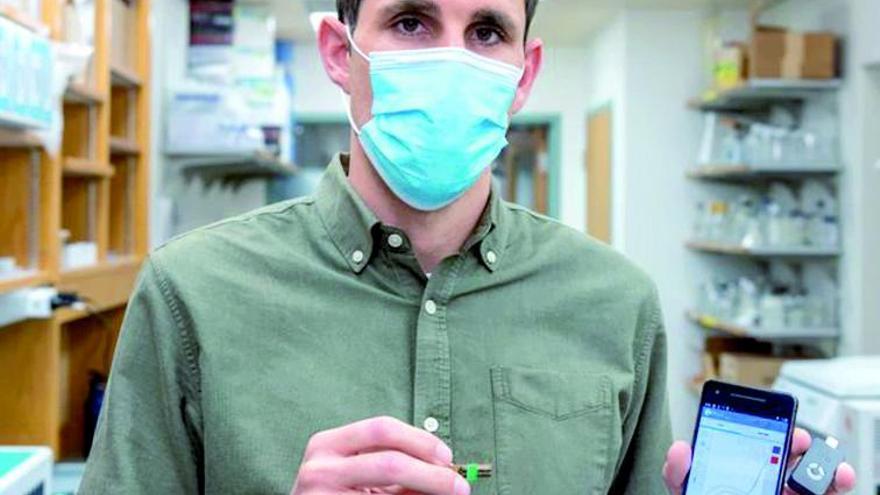 El gallego César de la Fuente crea un test que detecta el virus en cuatro minutos