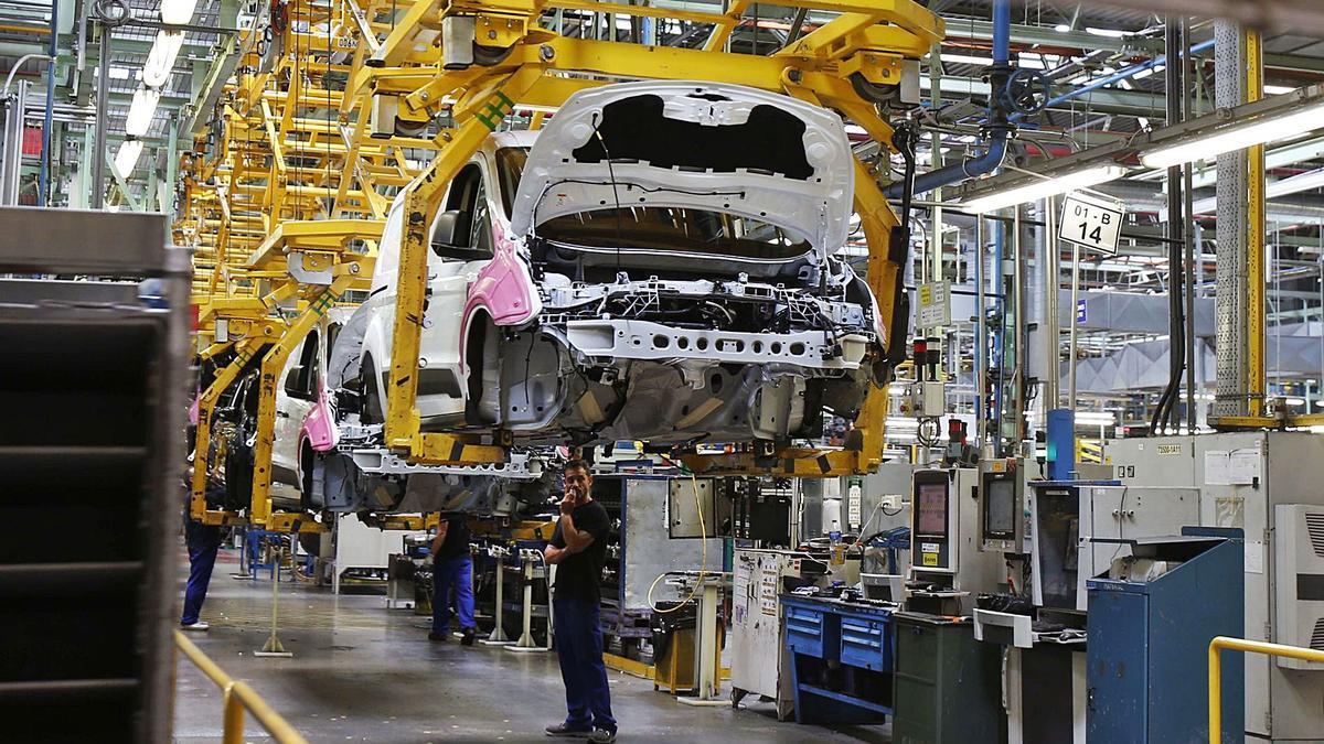 Línea de producción de vehículos de Ford en la factoría de Almussafes. | VICENT M. PASTOR