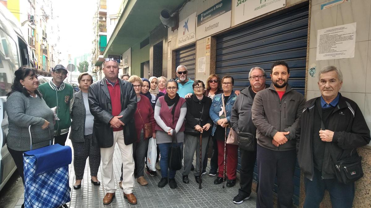 Rafael Caparrós, en febrero con vecinos que reciben alimentos