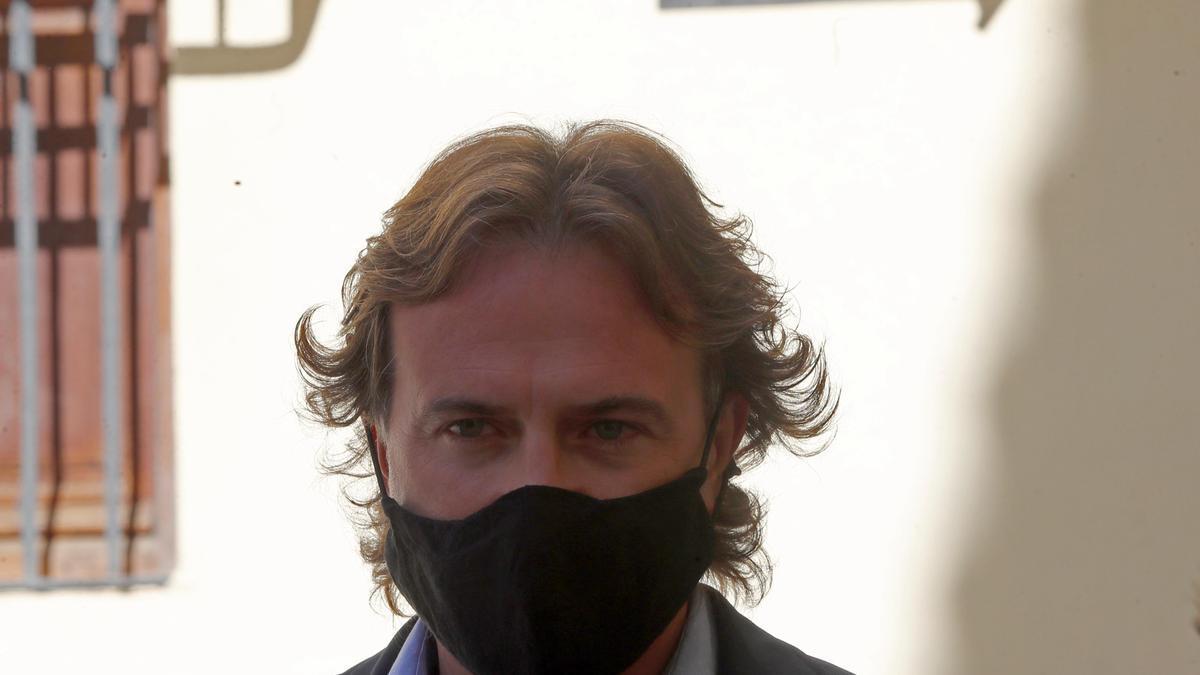 El concejal Giuseppe Grezzi anunció el fallo del Tribunal de Cuentas, en rueda de prensa.