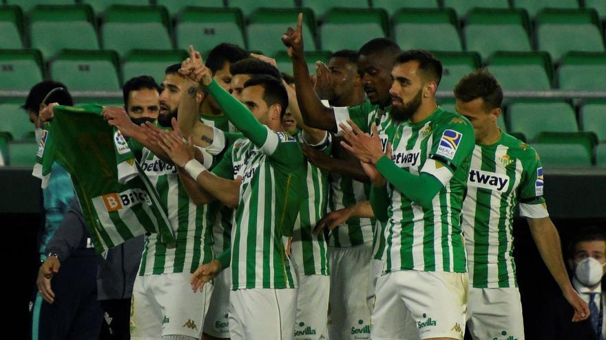 Fekir y Juanmi desatascan al Betis para ganar al Levante