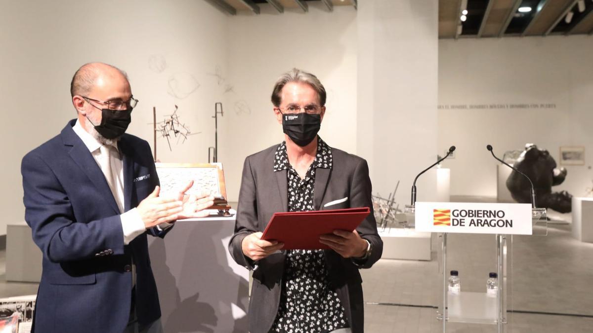Julián Casanova recibe de manos de Javier Lambán el Premio de las Letras Aragonesas de 2020.