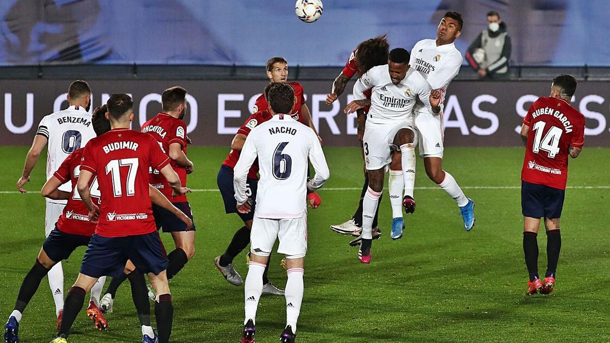Militao conecta el cabezazo que puso al Real Madrid por delante. |  // EFE