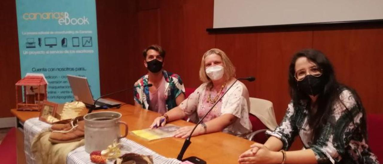 De izquierda a derecha, Cristián Piña Pino, ilustrador, Teresa Sosa Saavedra, autora del libro, y Beatriz Morales, editora.     LP/DLP