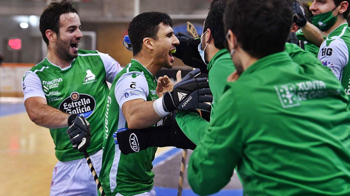 Maxi Oruste celebra con todo el banquillo del Liceo el gol que sirvió para abrir el marcador contra el Igualada. |  // VÍCTOR ECHAVE