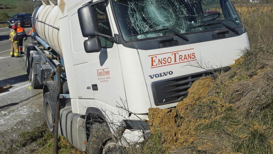 Xoc frontal entre un camió i un cotxe a Cornellà