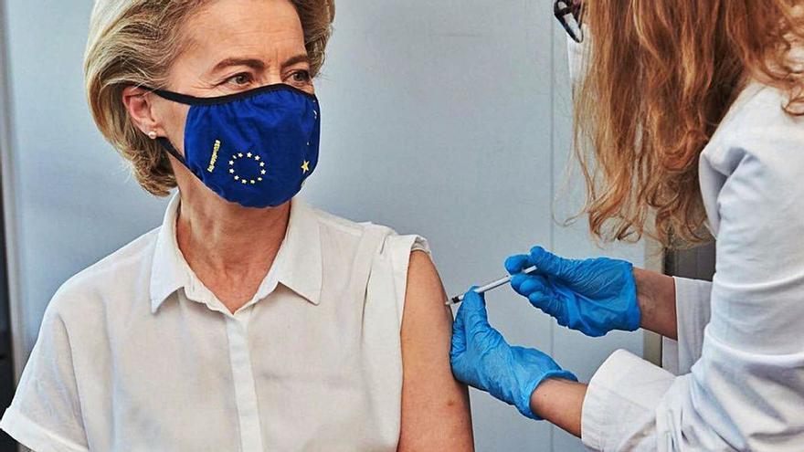 Pfizer advierte de la necesidad de una tercera dosis para llegar a ser inmune
