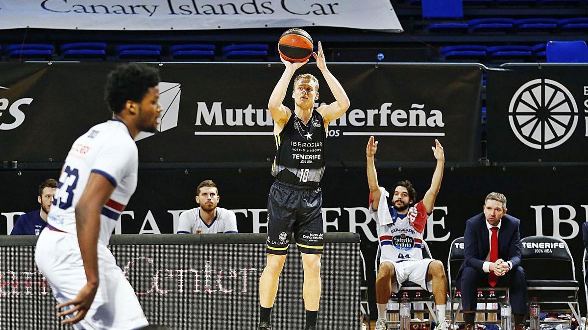 Sasu Salin lanza un triple en el partido del Iberostar contra el Obradoiro.
