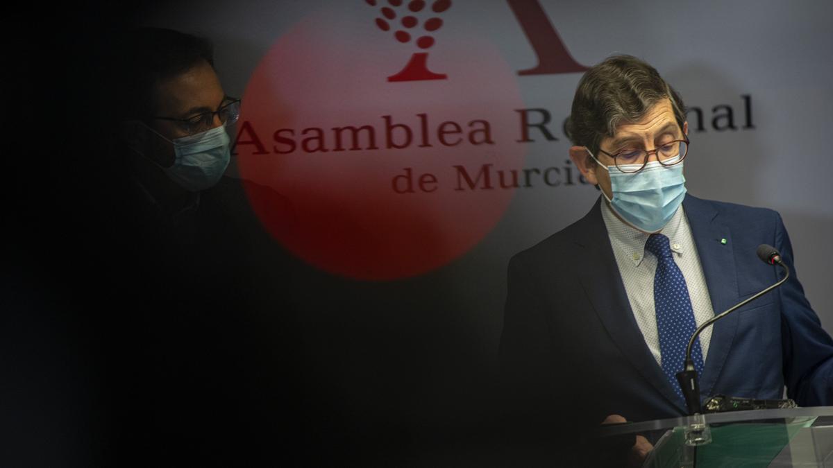 El exconsejero Manuel Villegas, junto al exgerente del SMS, el día después de conocerse su vacunación indebida.