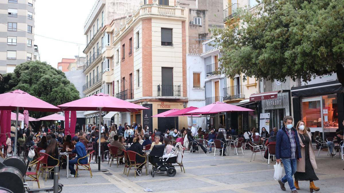Imagen de terrazas llenas en el centro de Castelló cuando se amplió de 20.00 a 22.00 horas el horario de los bares.
