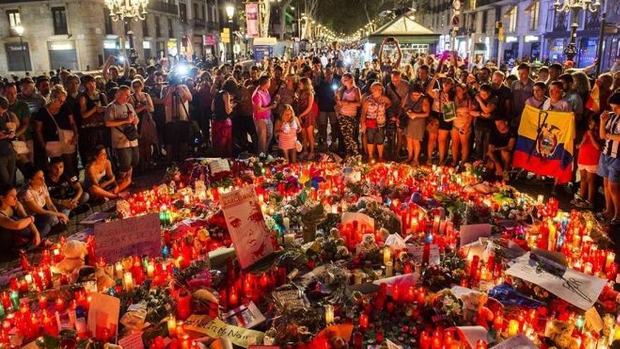 El foco del 17-A, cerca de las víctimas, lejos de teorías conspirativas