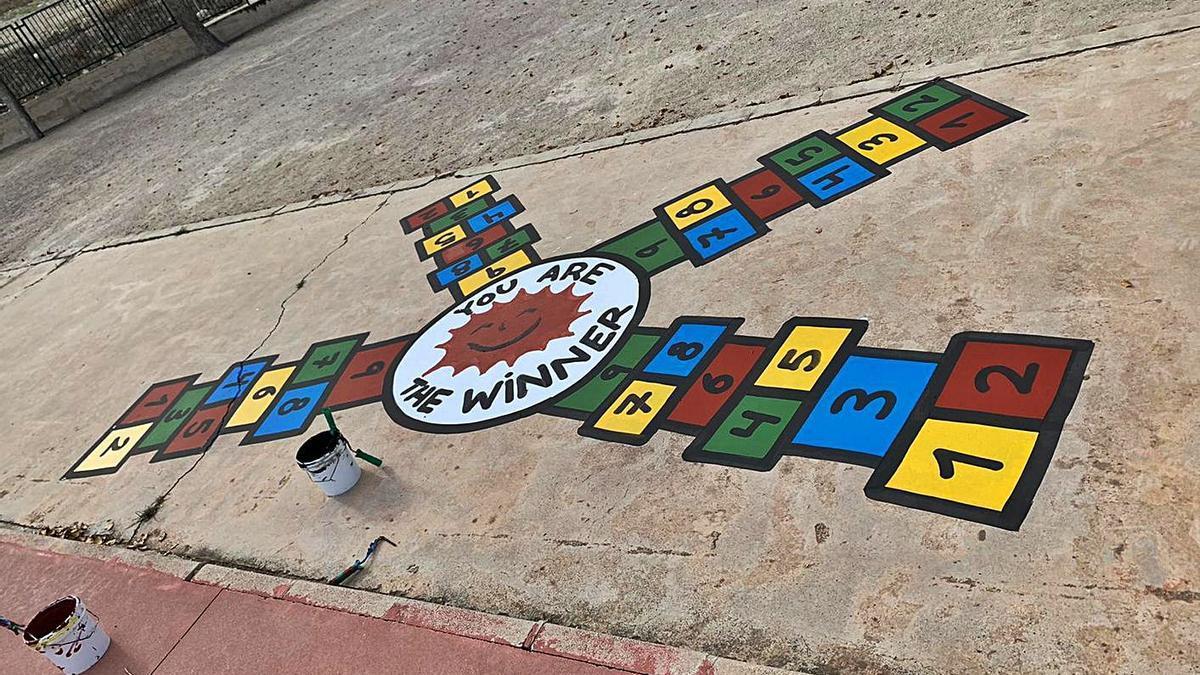 Pinturas realizadas por los técnicos de la Oficina del Grafiti en el colegio Pedro Martínez Chacas para jugar a juegos tradicionales en el tiempo de recreo. | A. M.