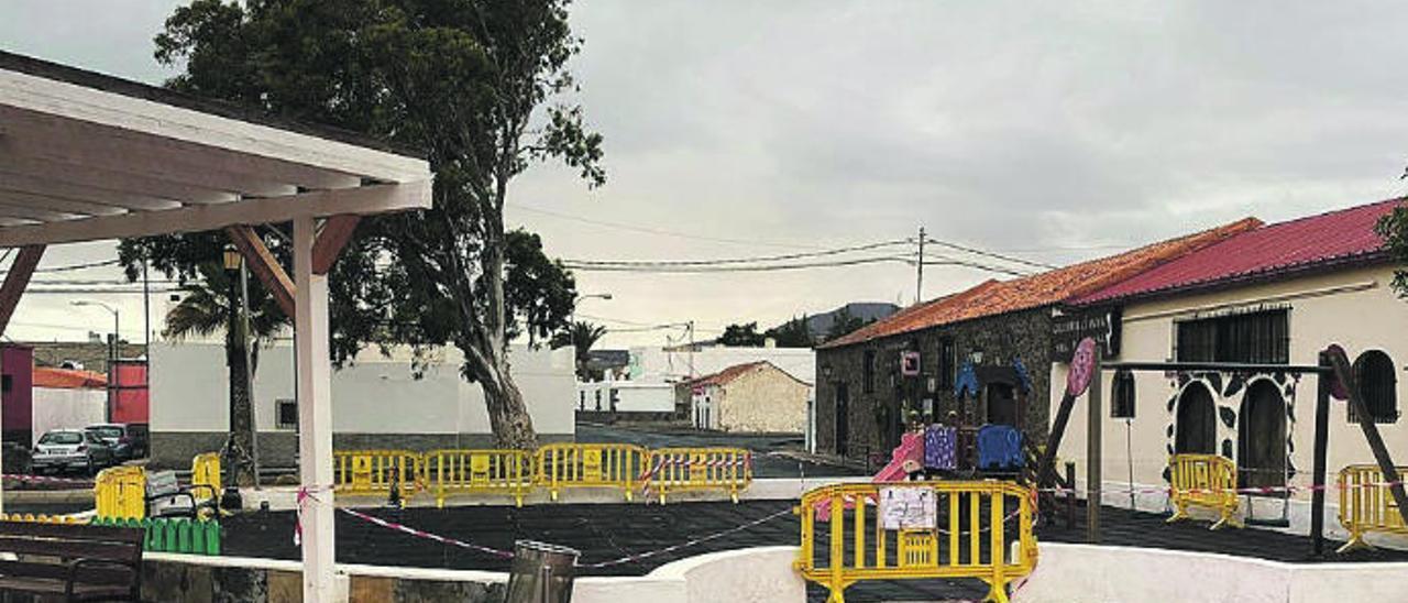 El parque infantil de la plaza de Juan Grande, precintado.