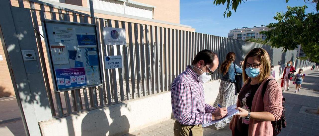 Recogida de firmas en la entrada del colegio en apoyo a las investigadas.