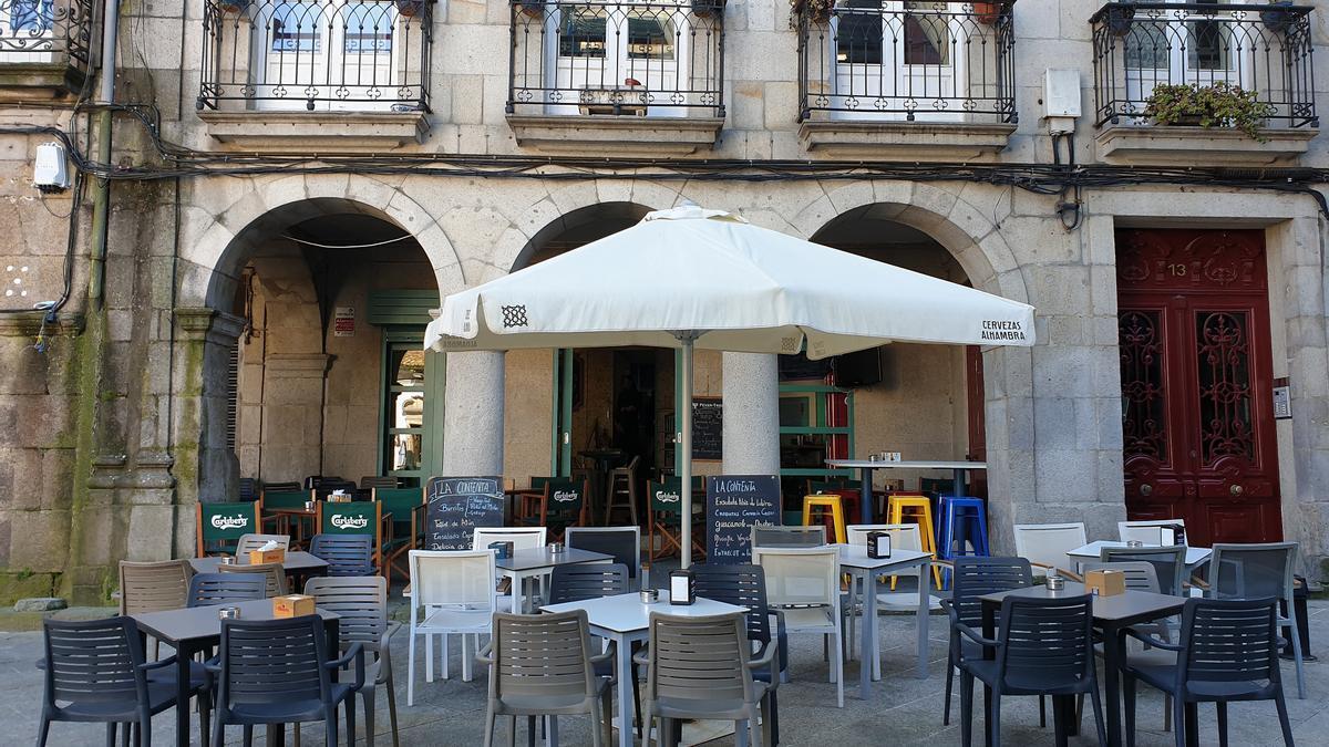 Terraza de una cafetería de Vigo sin clientes