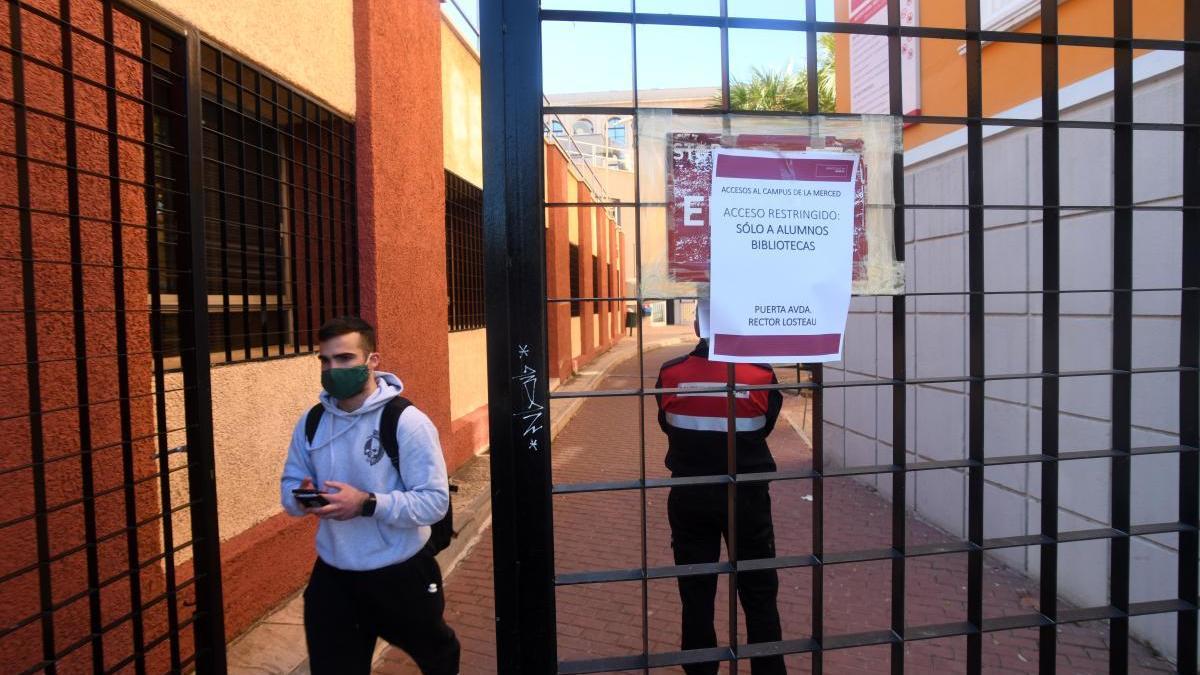 Un alumno sale del recinto del campus de La Merced, este viernes.