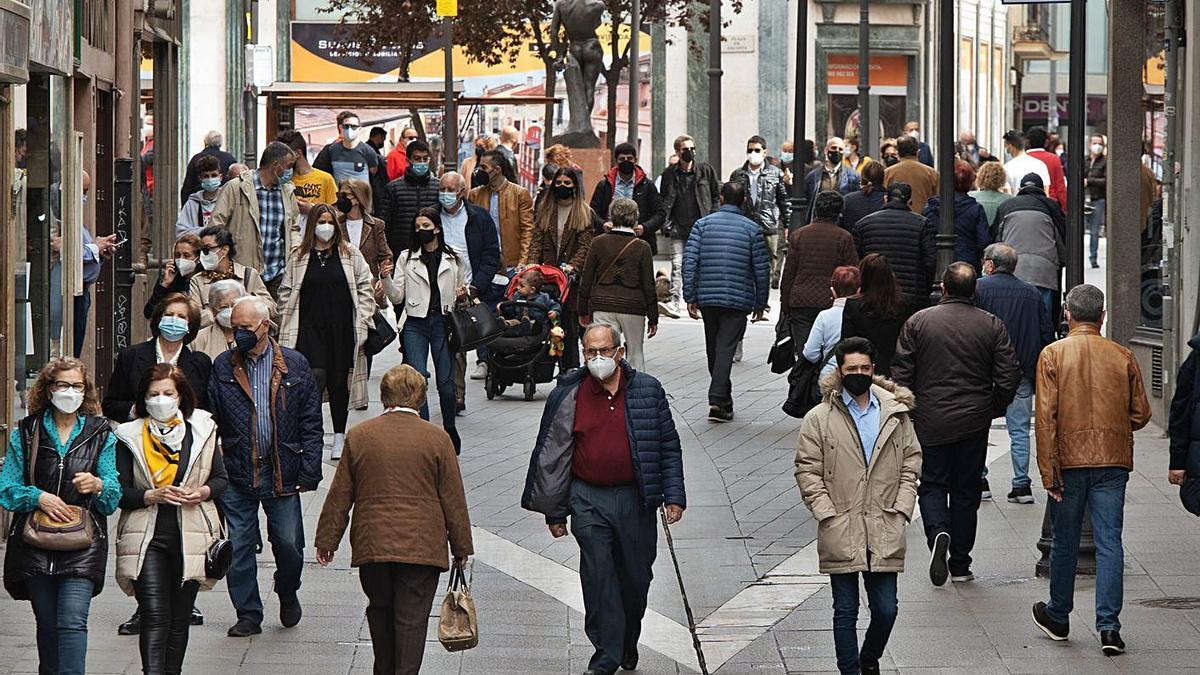 La calle de Renova, una de las arterias principales del centro, durante la Semana Santa.