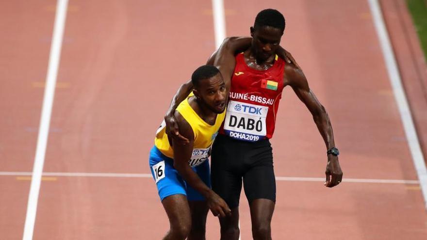 Un atleta de Aruba se desploma y termina la prueba de 5.000 metros ayudado por otro