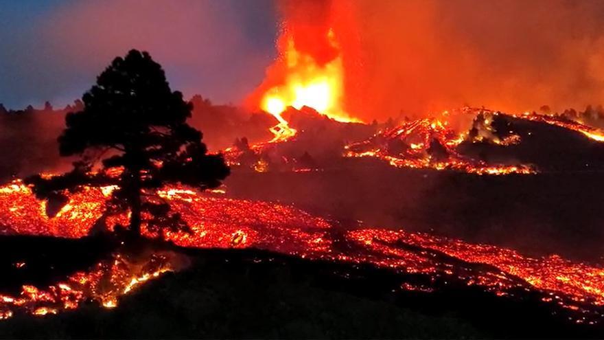 Directo | El volcán de La Palma alcanza las primeras viviendas y obligará a evacuar a 5.000 personas