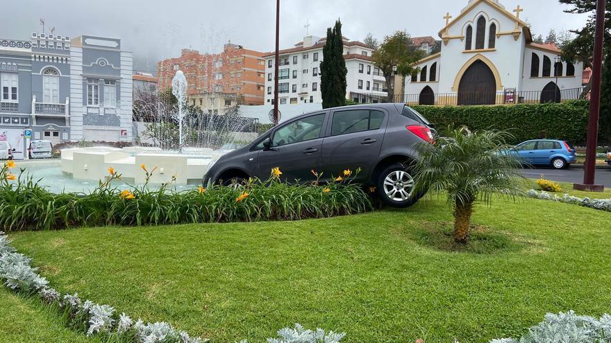 Un coche acaba dentro de una fuente en Tenerife