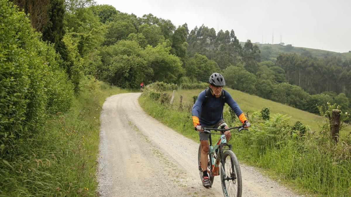 Ciclista bajando del Pico San Martín.