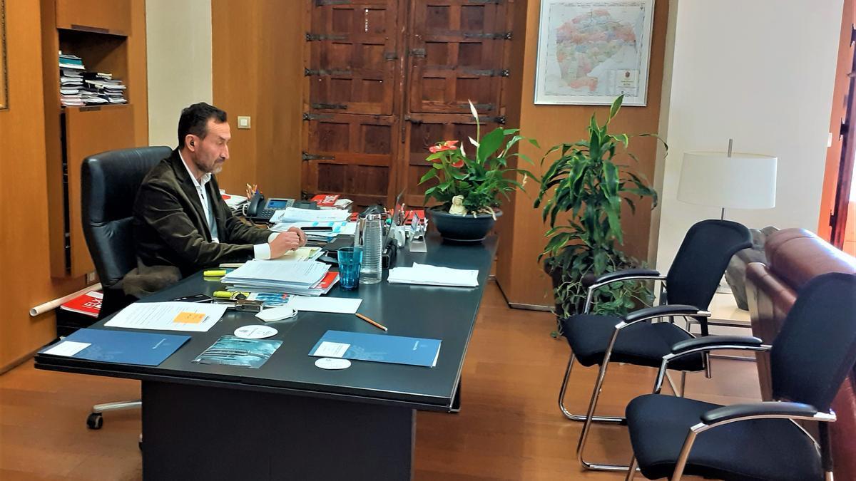 El alcalde de Elche, en la reunión telemática donde se ha abordado con el president Puig el fondo de cooperación