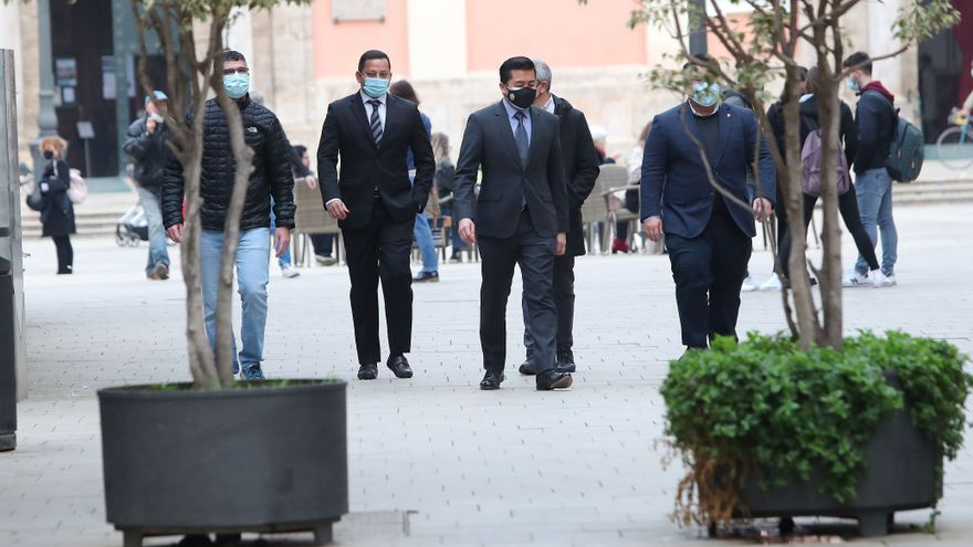"""""""Vete ya"""", las protestas contra Murthy antes de la reunión con Puig"""