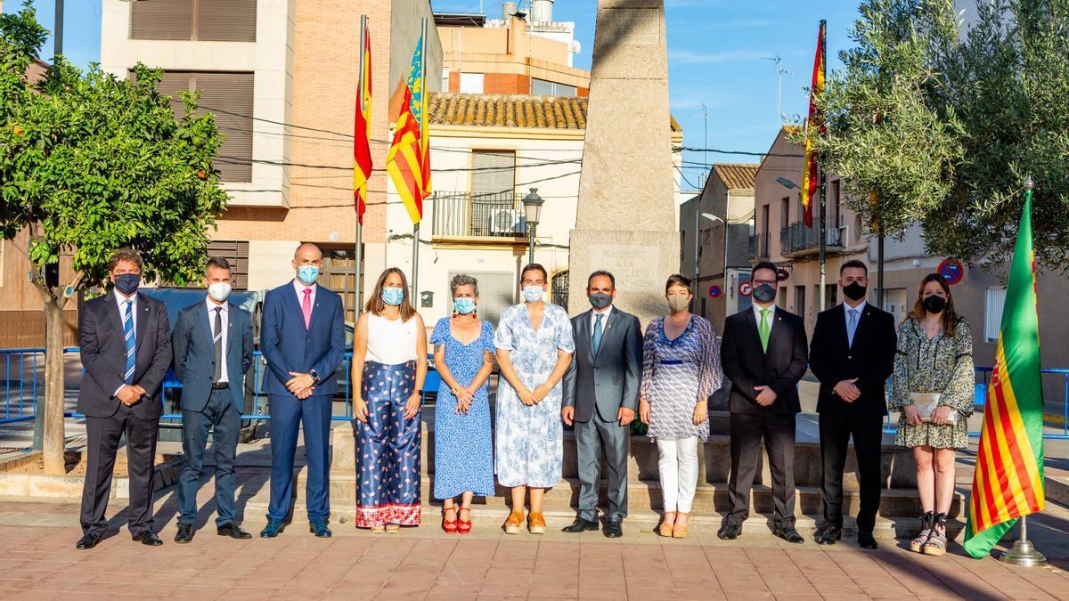 Foto de familia de las autoridades municipales de les Alqueries delante del monolito que simboliza la segregación.