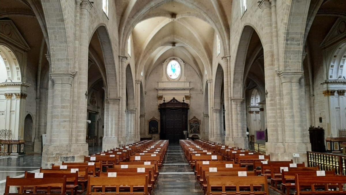 Los bancos de la catedral señalizados.