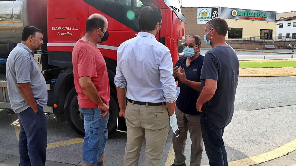 Productors de llet parlant amb el camioner després que li neguessin descarregar el producte.   ACN