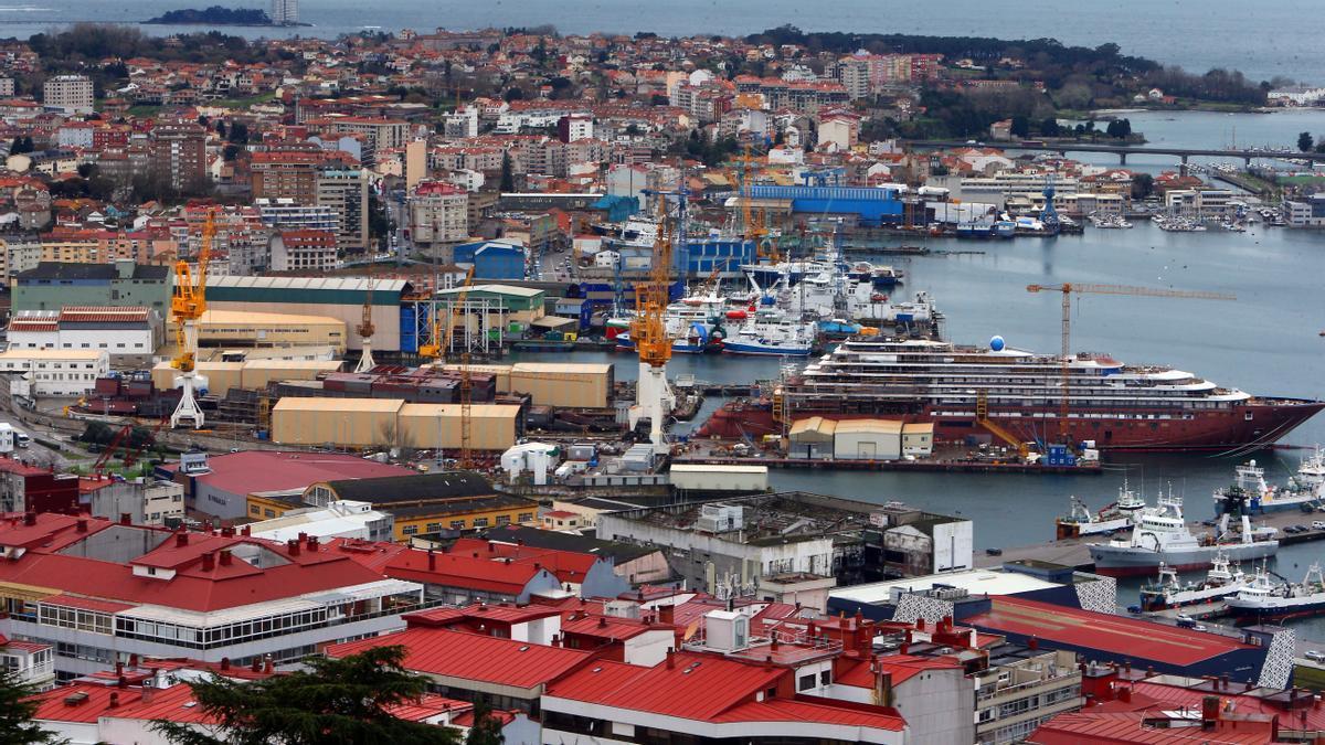 """Vista del astillero Barreras, con el """"Evrima"""" en la atarazana."""