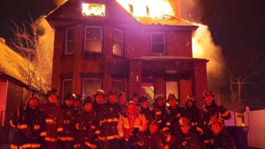 Piden el despido de unos bomberos por fotografiarse frente a un incendio