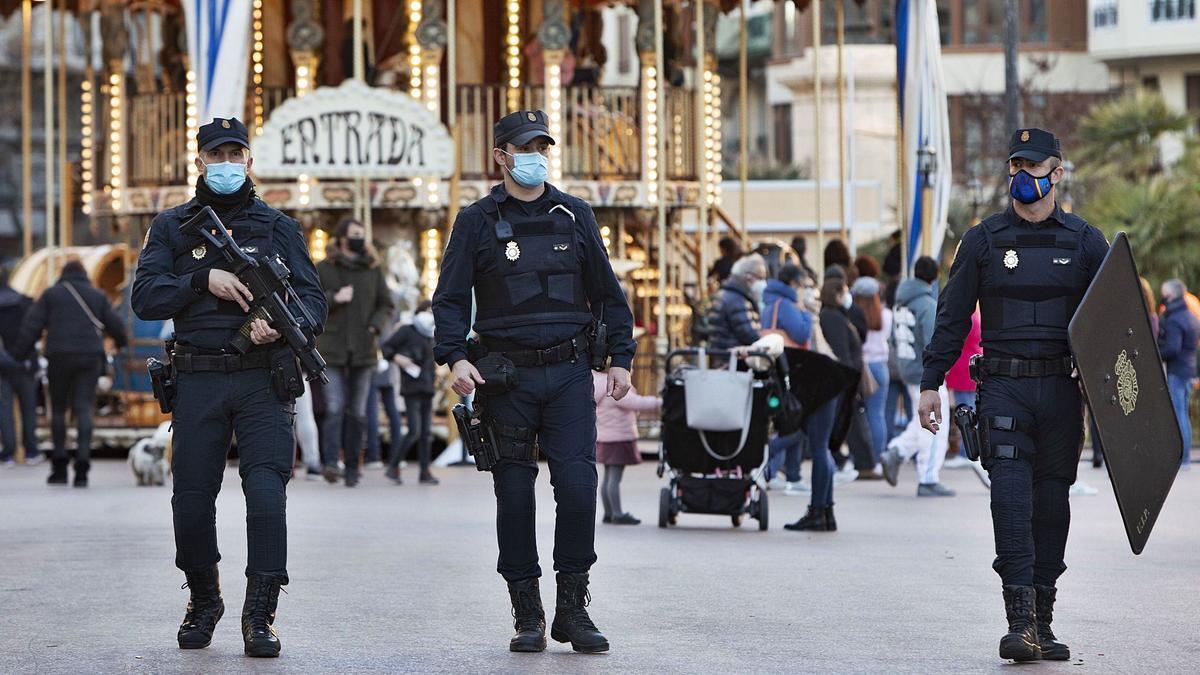 Agentes de Policía Nacional  patrullan en la tarde de  ayer el centro de  València.  levante-emv