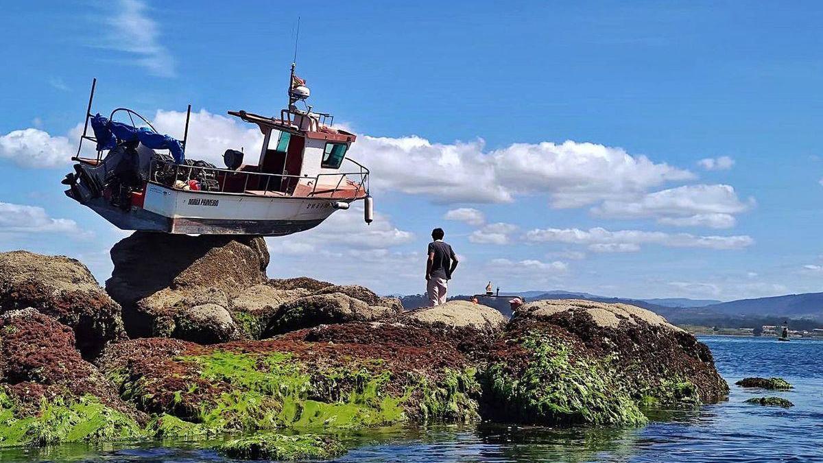 La embarcación quedó apoyada en lo más alto de A Cabreira.