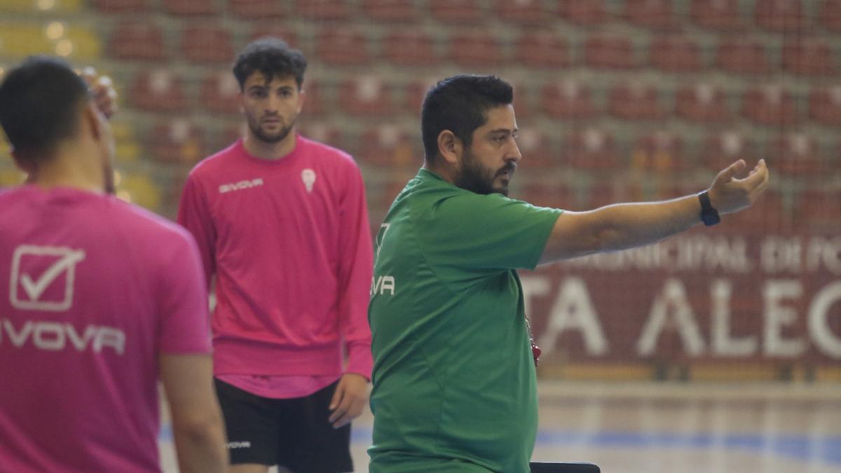 Josan González da instrucciones en un entrenamiento.