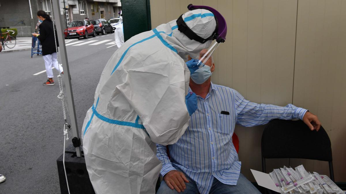 Un sanitario realiza un test PCR.