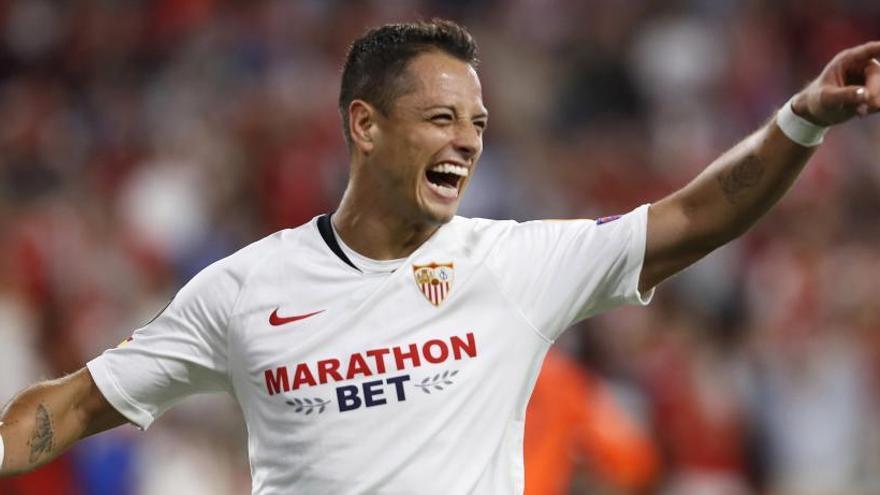Al Sevilla le basta con un gol de Chicharito ante el Apoel