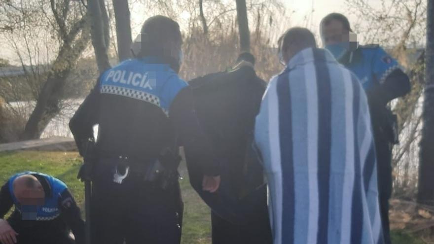 El jefe de la Policía Municipal de Zamora salva la vida a un hombre que cayó al río Duero