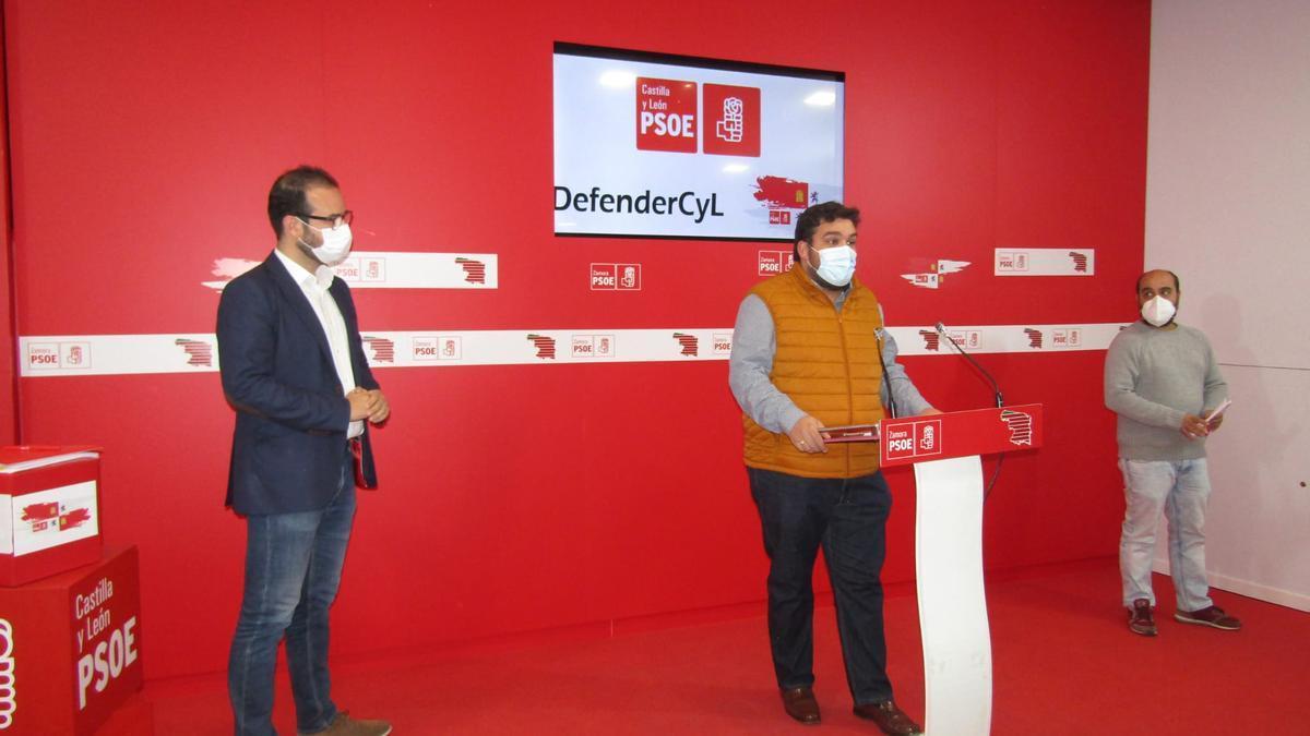 Desde la izquierda, Ángel Hernández, Carlos Fernández y Eduardo Folgado, en la sede del PSOE
