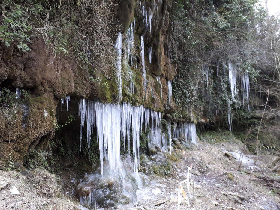 Caramells. Les temperatures gèlides d'aquests dies han congelat els regalims d'aigua que s'escolen entre les roques de la font de la Blada, a Castellterçol.