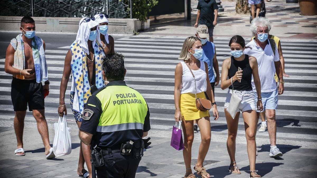 Viandantes con mascarilla en el centro de la ciudad de Alicante