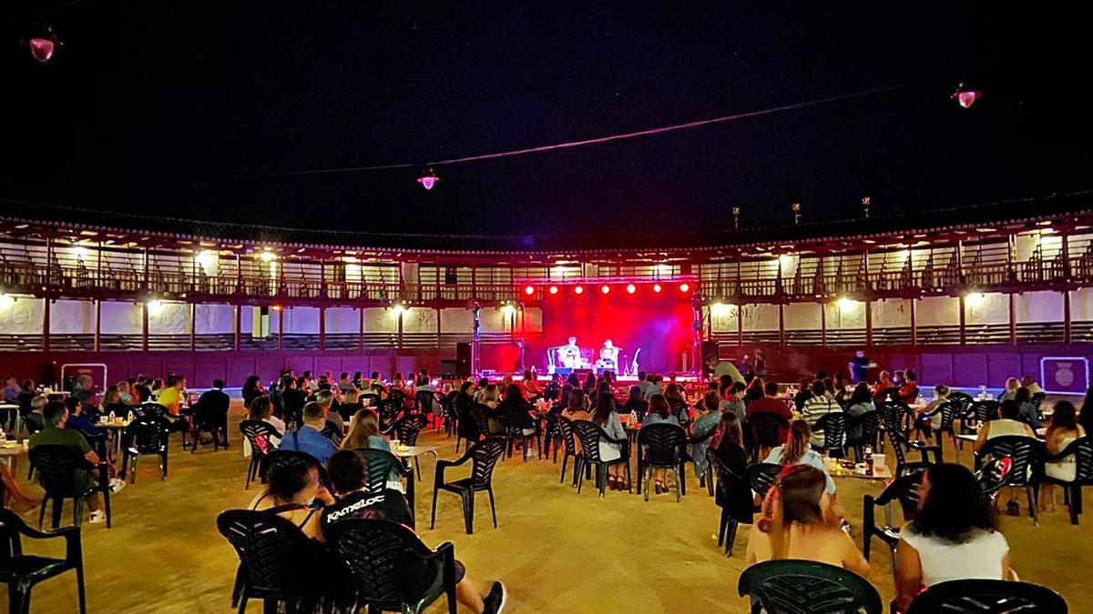 Vecinos disfrutan de uno de los conciertos celebrados el pasado fin de semana en la plaza de toros. | I. F.