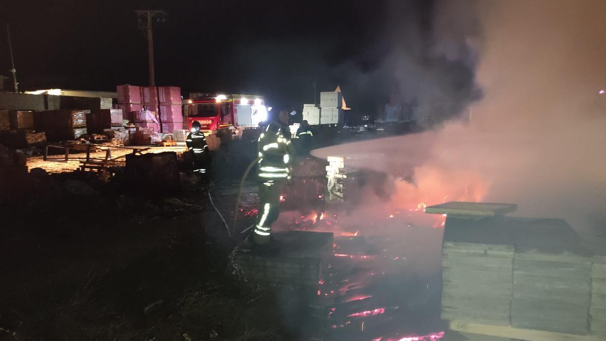 Bomberos del Parque de Toro extinguen el incendio declarado en una empresa de materiales de construcción