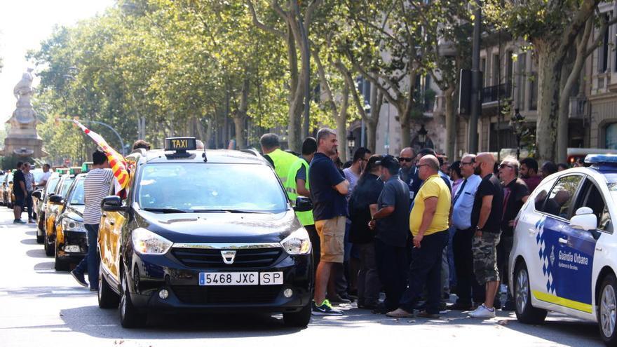 Centenars de taxistes col·lapsen Barcelona en protesta per la suspensió del reglament de l'AMB