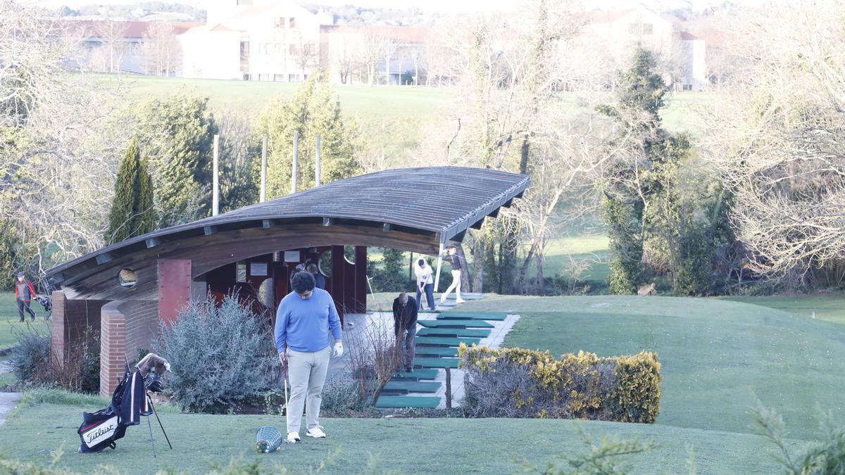 Jugadores en el campo de golf de El Tragamón.