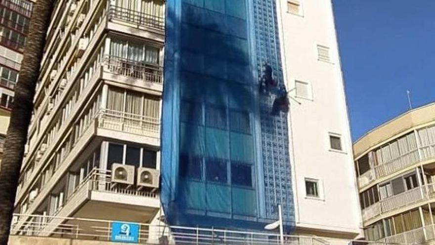 Una mujer corta las cuerdas a un operario que trabajaba en una fachada en Benidorm