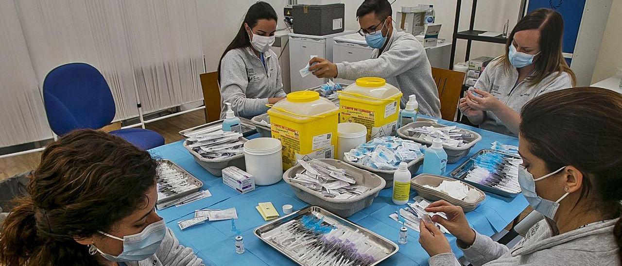 Preparación de dosis de vacunas frente al coronavirus, en una imagen de archivo. | HÉCTOR FUENTES