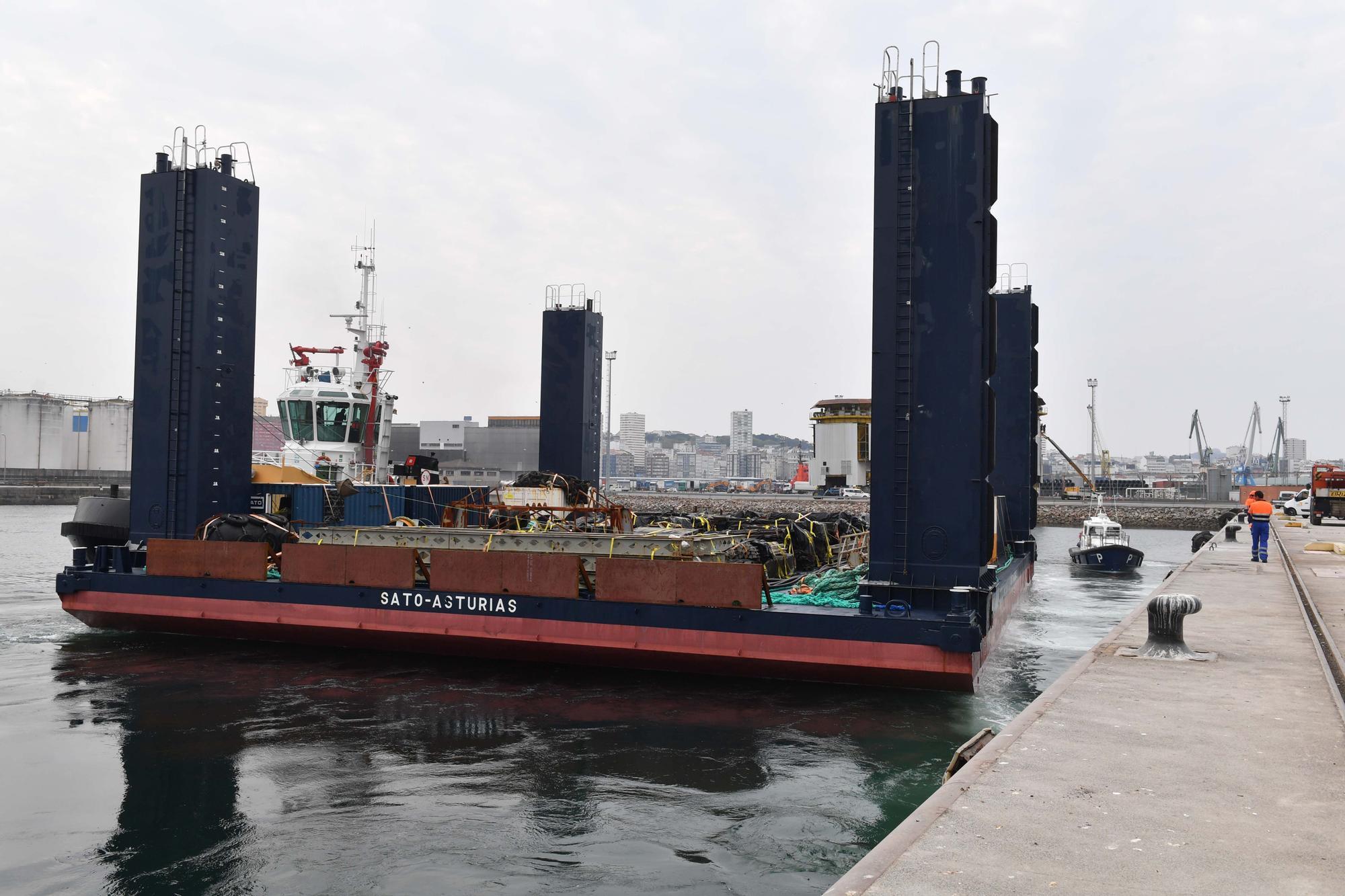 El buque cajonero 'Sato Asturias' atraca en el muelle del Centenario
