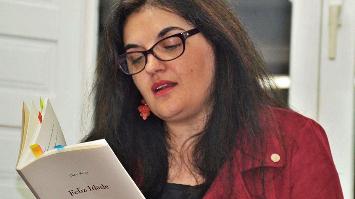 """A poeta Olga Novo, co seu libro """"Feliz idade""""."""